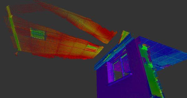 Dans le nuage de points, le faux plafond se retrouve dupliqué à l'extérieur du bâtiment. Le scanner 3D ne comprend pas les reflets.