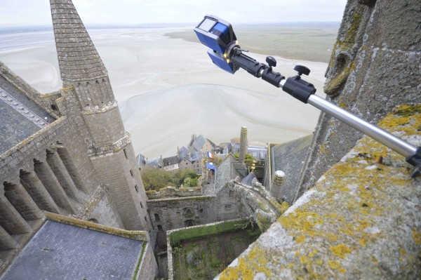 Un scanner laser 3D Faro suspendu au-dessus du vide